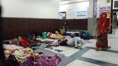 wartehalle-krankenhaus-nepal-help-to-help